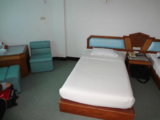 Golden Grand Hotel: ห้องนอนปลั๊กน้อยไปนิดครับ ห้องผมมีจุดเดียวที่ใช้เสียบ แต่ทางโรงแรมมีบริการให้ยืมนะครับ