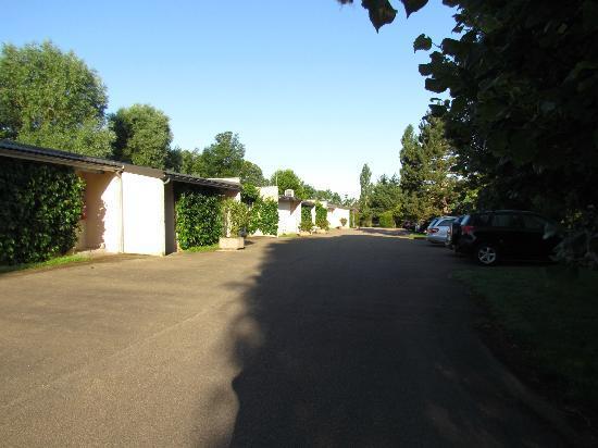 Le Relais Fleuri : parking derrière les chambres