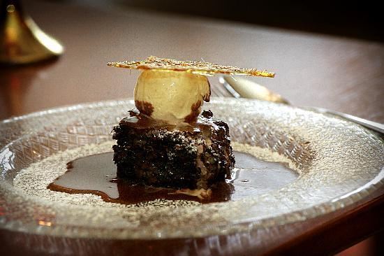 Rozzers Restaurant: Warm pecan and chocolate fudge pudding with a chocolate marshmallow sauce served with vanilla ic