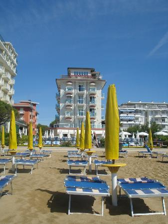 Hotel Mirafiori: отель вид с пляжа