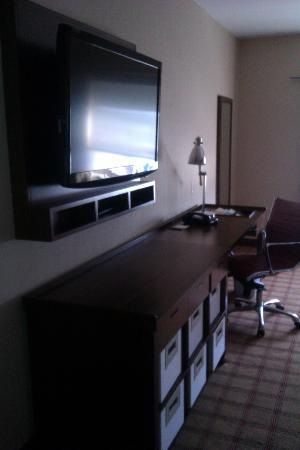 Four Points by Sheraton Edmonton Gateway: TV and work station