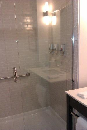 Four Points by Sheraton Edmonton Gateway: Shower