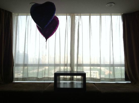 Rainbow Hotel: 窓際