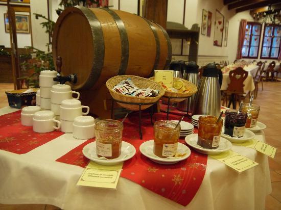 """Hotel Les Loges : Le petit déjeuner au restaurant """"La taverne"""""""