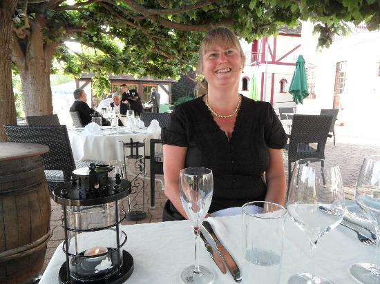Le Coq Hardi : in the shade and eating out!