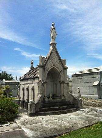 Metairie cemetery picture of lake lawn metairie cemetery for Metairie architects