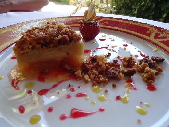 Le Rive Droite : Her dessert: apple and rubarb crumble