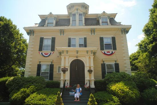Marblehead Inn: Beautiful Building with My Beautiful Bride