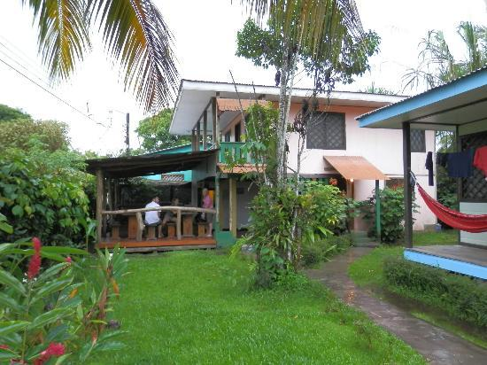 Cabinas Tortuguero: dinning and kitchen area