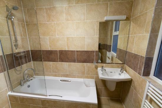 Glen Mona Hotel: newly refurbished bath/shower en-suite