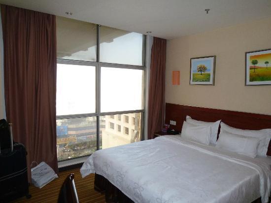 Hanyong Business Hotel : ベッドは大きい