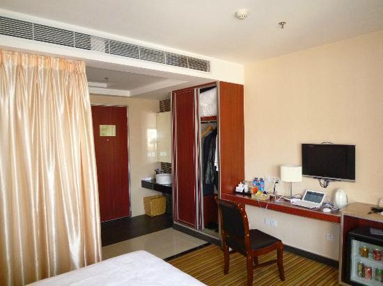 Hanyong Business Hotel : シャワールームはガラスばりなのでカーテンで目隠し