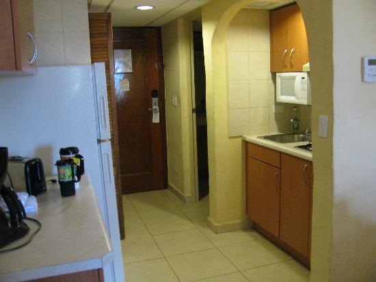 Aruba Beach Club: Full fridge, microwave, stove