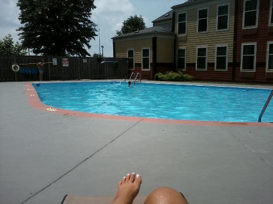 Comfort Inn Corydon : enjoying the afternoon poolside
