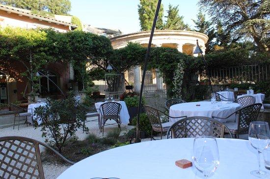 Restaurant Clair de Plume Gastronomique : La terrasse côté lavoir vue de notre tabe, superbe!