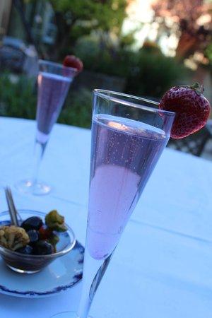 Restaurant Clair de Plume Gastronomique : Apéritif: Clairette à la violette. Original.