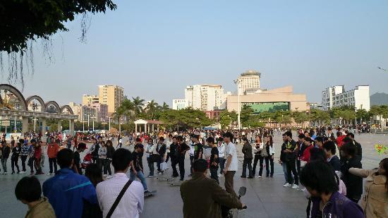 Wanfu Square: スケートボードをする人たち