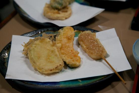 Funabashiya Honten: Tempura items served progressively.