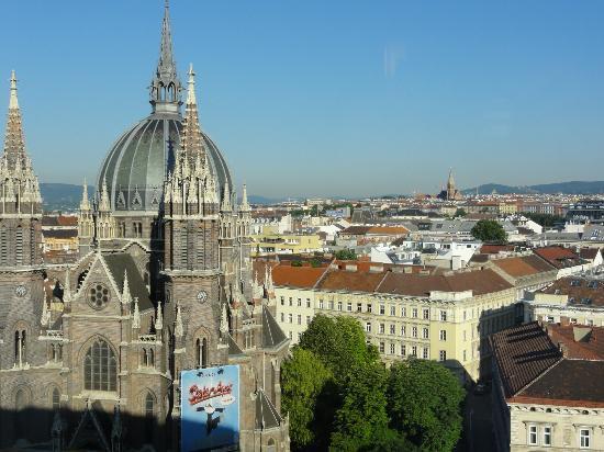 Hotel ibis Wien Mariahilf: Main street!