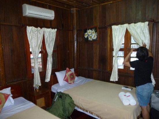 Rattana Guest House: Chambre dans la maison en bois