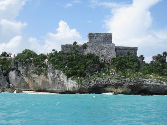 Vistas de tulum desde la lancha en el tour de snorkel Excursiones en riviera maya