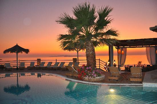 Delfino Blu Boutique Hotel : Pool area at sunset