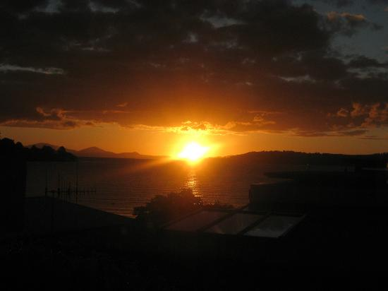 The Cottage Mews Motel Taupo: Sunset over the lake view from room