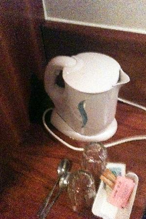 Premier Inn London Kings Cross Hotel: Kettle which was impossible to move and dangerous because of the steam