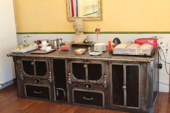 Hôtel Sévigné : Un des buffets de présentation du petit dejeuner