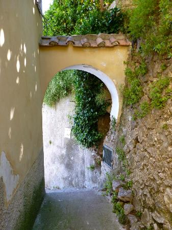 Il Melograno in Costa d'Amalfi: Walkway up to apartment.