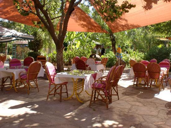 Erendiz Garden Hotel: La terrasse où l'on prend les repas
