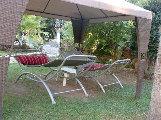 Erendiz Garden Hotel: Un des nombreux lieux de repos dans le jardin