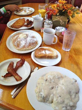 ‪ماكلاود ريفر ميركانتل إن: Hearty Breakfast at the White Mountain Cafe in the McCloud River Mercantile Hotel
