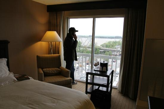 Sheraton Louisville Riverside Hotel: The chair by the huge windows