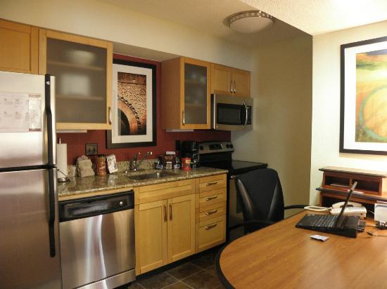 Residence Inn Jacksonville Baymeadows: 2-queen suite office/kitchen area