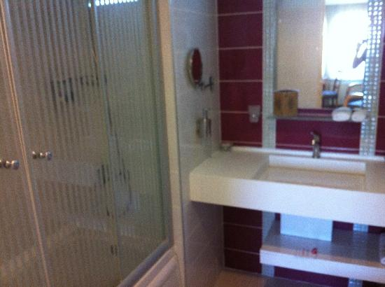 Canak Hotel: A large and well equiped bathroom