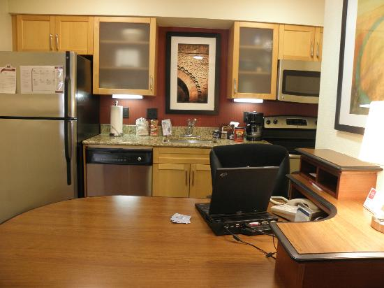 Residence Inn Jacksonville Baymeadows: Combined kitchen workspace area