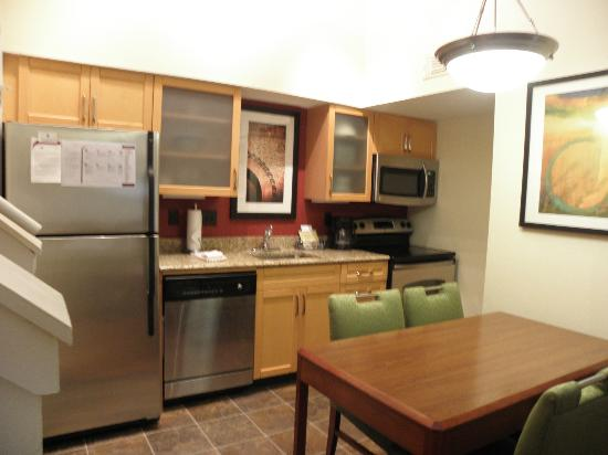 Sonesta ES Suites Jacksonville: Kitchen/dining area in top floor 2-bedroom accommodation