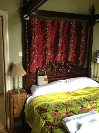 Bathwick Street B & B: 4 poster bed-really comfy!