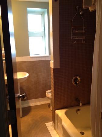Alexander Inn: bathroom
