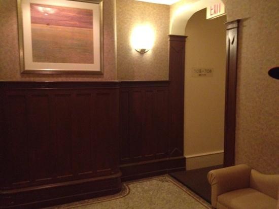 Alexander Inn: elevator lobby