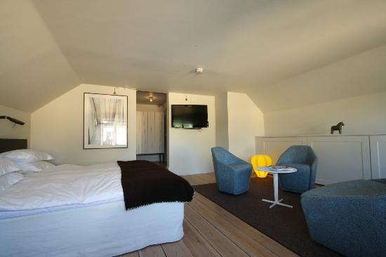 Hotel Skeppsholmen: Chambre et Salon - au fond à droite la salle de bain et à gauche le bureau