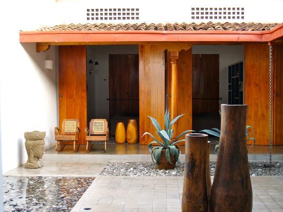 Los Patios Hotel: hotel grounds