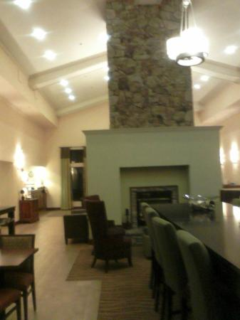 Hampton Inn & Suites Binghamton / Vestal: Dining area as seen from back entrance to hotel