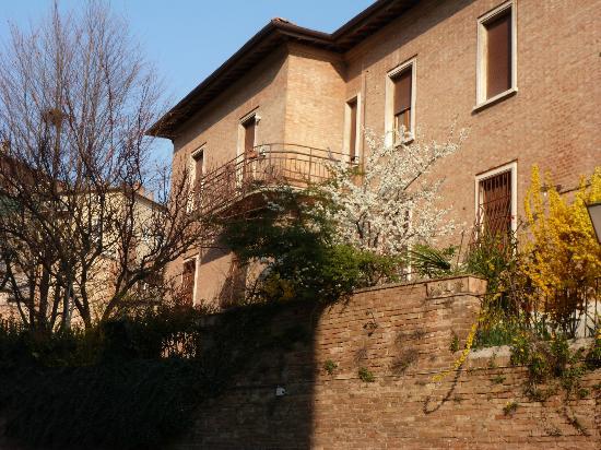 B&B La Coperta Ricamata: back of house looking up to balcony