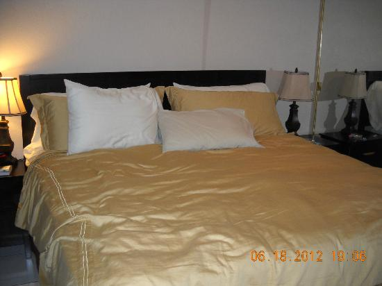 Cayman Reef Resort: king bed