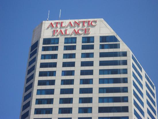 Atlantic Palace Suites: Front of hotel