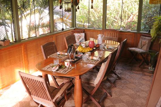 Coconut Cottage Bed & Breakfast: Breakfast Lanai