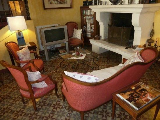 Le Clos du Buis : Cozy parlour for guest use with piano