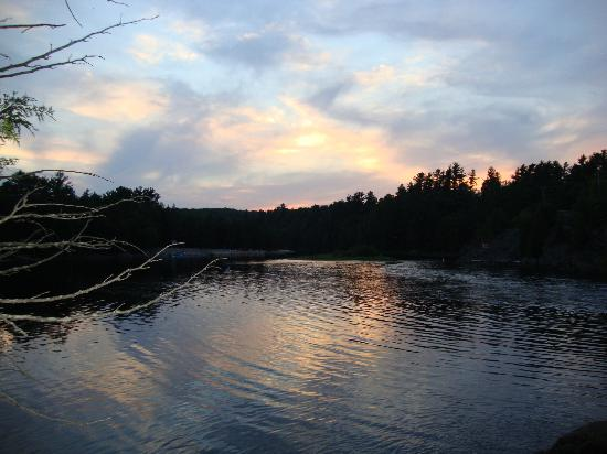 High Falls Bay Cottages, Camping & Waterpark: Watching the Sunset on the Falls